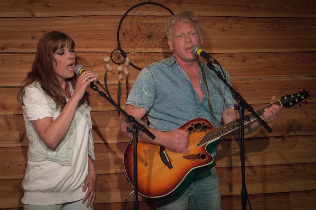 Heidi Gabrielle en 'Mr. Fox' Gino brengen een zelf geschreven country song ten gehore.