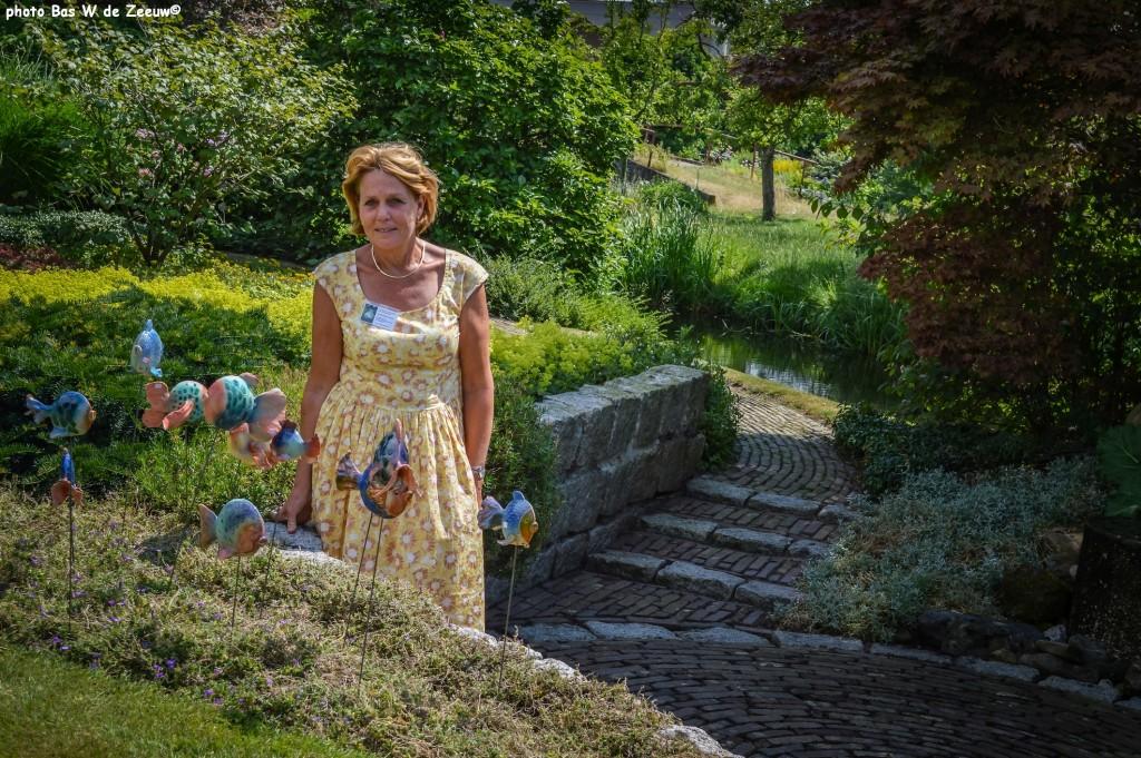 Anneke Slappendel in haar fraaie tuin.