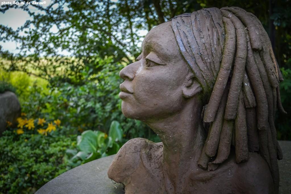 Tuin en beeld 'Vrouw' van Anneke Slappendel.