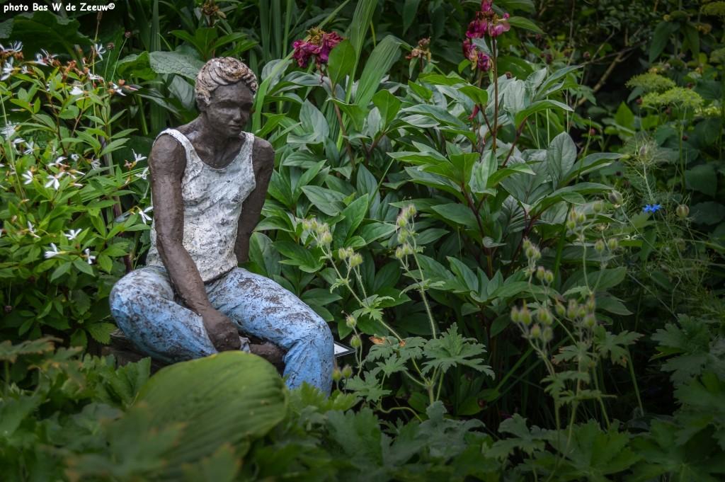 Tuin en beeld 'Man' van Anneke Slappendel.