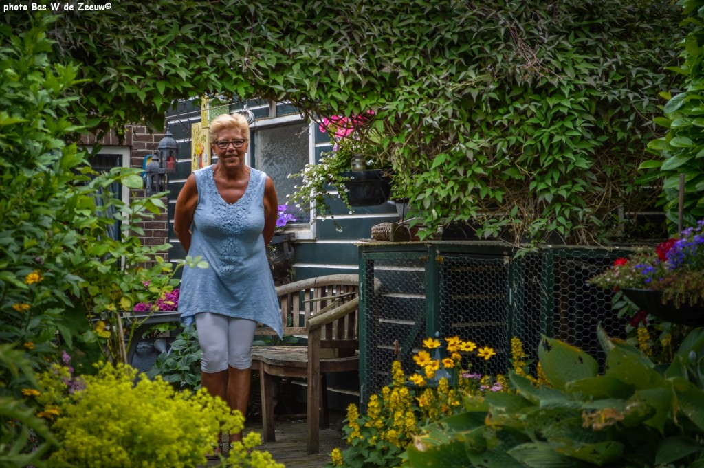 Ontvangst door Bep Demper in haar tuin.