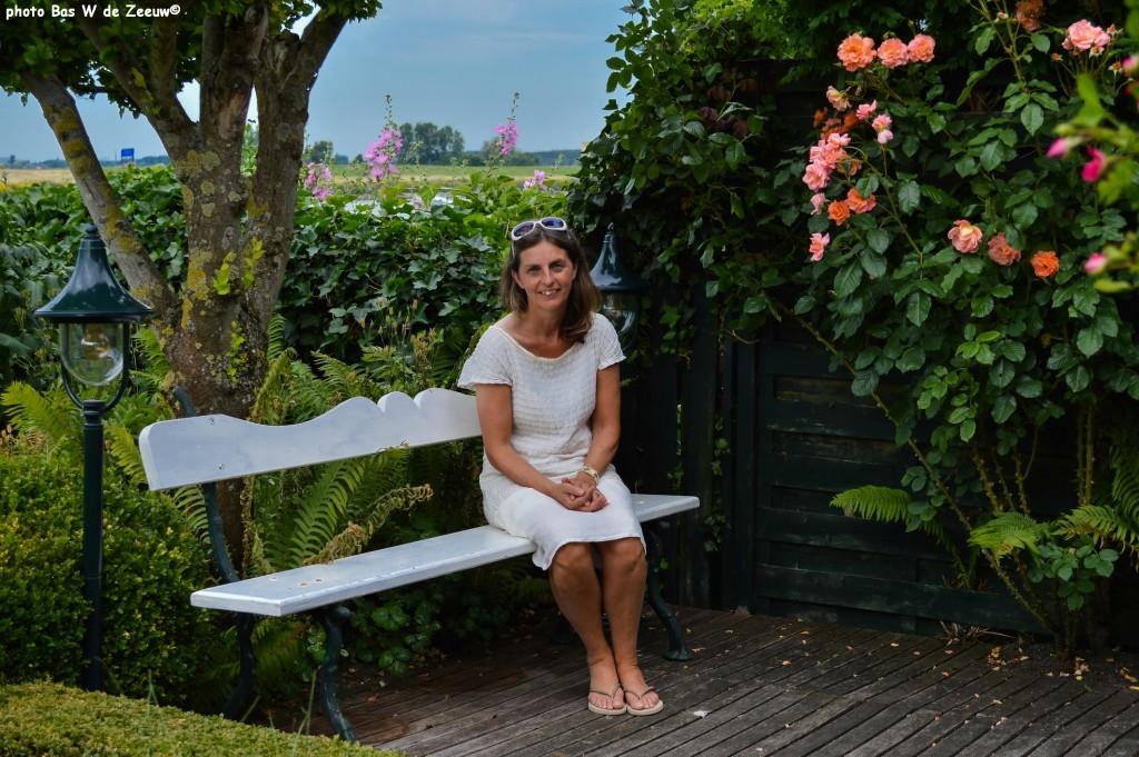 Gerda de Pater op haar favoriete plek bij de rozen.