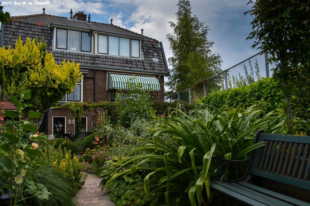 Gezicht op de tuinen van de families Demper en De Pater.
