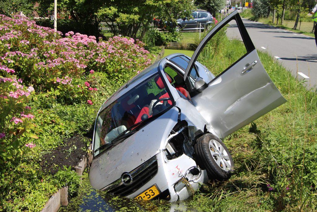 Auto te water aan Benedenkerkseweg Stolwijk