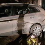 Geparkeerde auto door aanrijding tegen woning Krimpen aan de Lek
