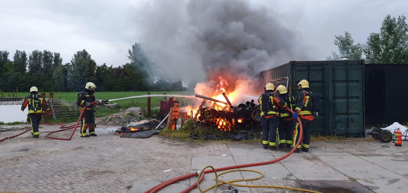 Brandweer blust buitenbrand Ouderkerk aan den IJssel