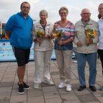 Bloemetje voor trouwe deelnemers zwemvierdaagse Haastrecht
