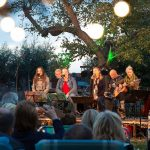 Liedjes zingen bij het kampvuur