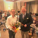 Burgemeester reikt cheque uit aan Brassband Schoonhoven