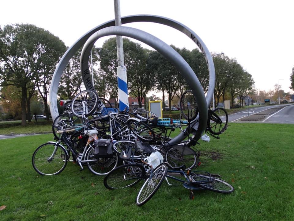 Fietsen op rotonde Schoonhoven gegooid
