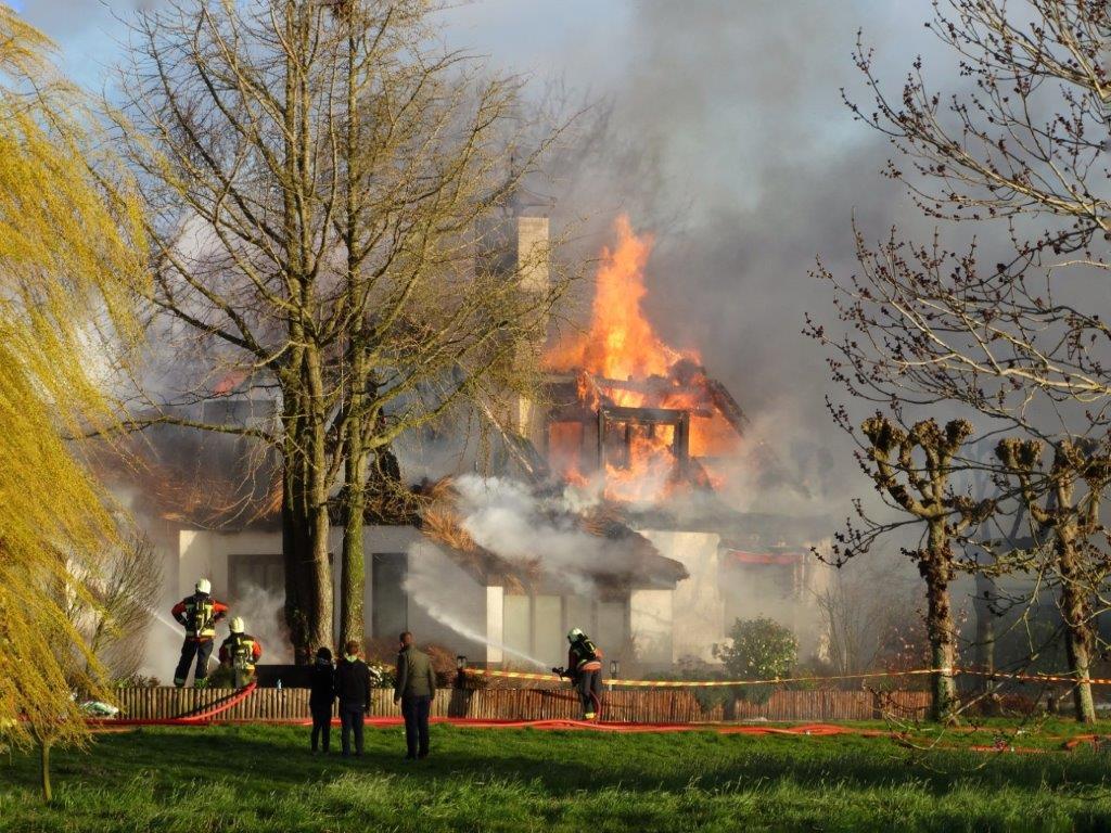 Brand verwoest woning met rieten dak aan Opweg Schoonhoven
