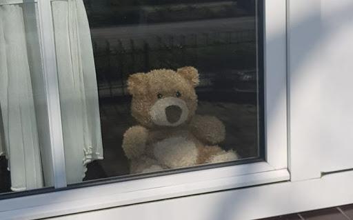 'Zet een beer voor je raam vannacht'