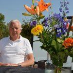 Burgemeester verrast Piet Dullaart op afstand met lintje