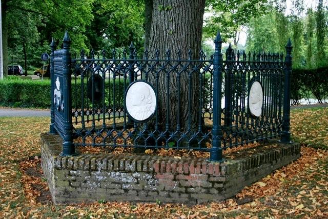 Raad akkoord met terugplaatsen hek Wilhelminaboom Schoonhoven