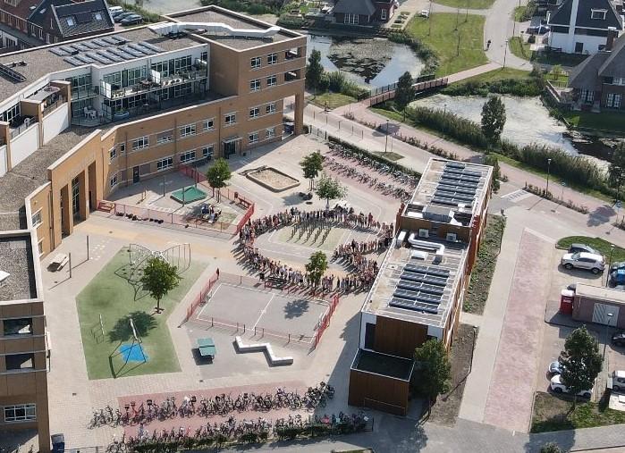 Kinderen Ichtusschool Schoonhoven beelden 'levend hart' uit