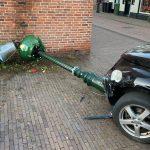 Automobilist richt ravage aan op Dorpsplein Stolwijk