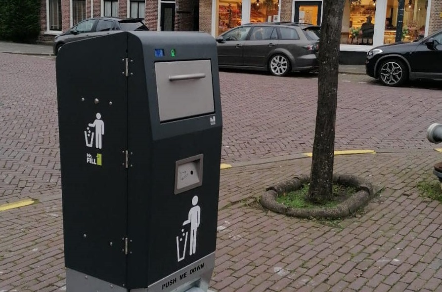 Haastrecht heeft eigen Holle Bolle Gijs: sprekende afvalbak