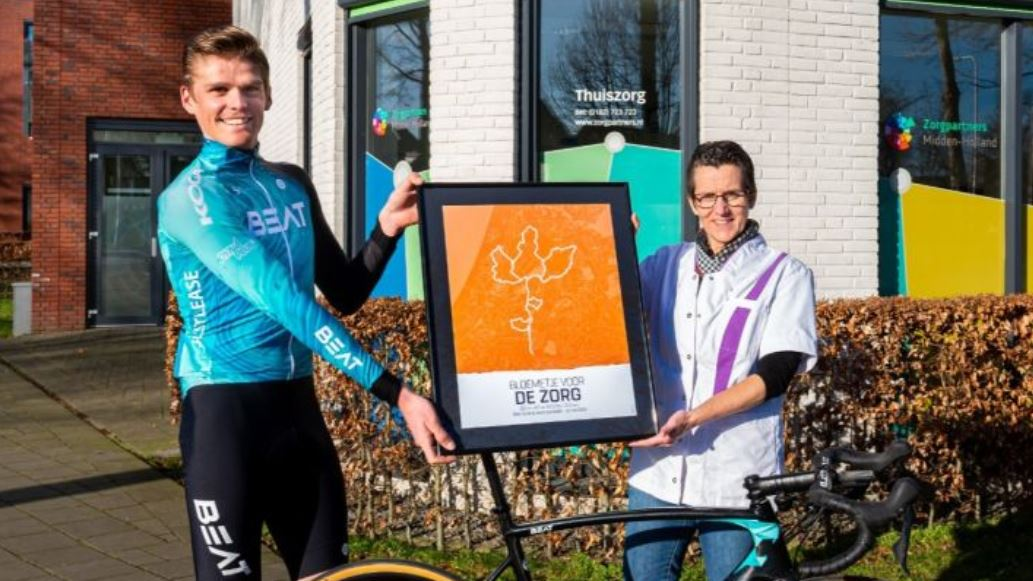 Wielrenner Piotr Havik biedt 'Bloemetje voor de Zorg' aan