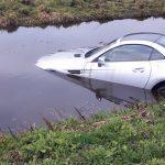 Auto te water langs N210 bij Lekkerkerk