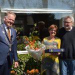 Burgemeester bracht onderscheidingen bij de mensen thuis (video)