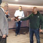 'Thank you for your service': veteranen Krimpenerwaard ontvangen boek van majoor Marco Kroon