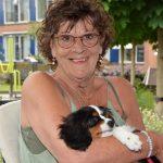 Medewerkers en bewoners De Breeje Hendrick schenken Annelies nieuw hondje