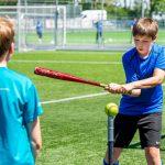 Ichthus-leerlingen leven zich uit met softbalclinic