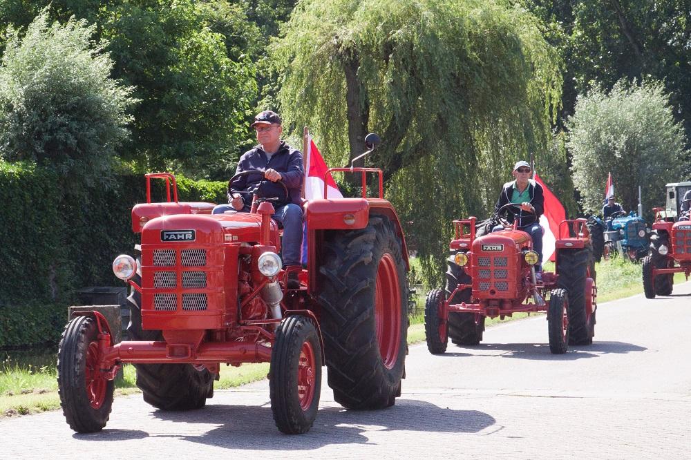 Stoet oldtimer-tractors tuft door de streek (video)