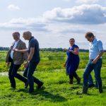 Gedeputeerde Meindert Stolk bezoekt landbouwbedrijven: 'We staan voor ontzettend grote opgaven'