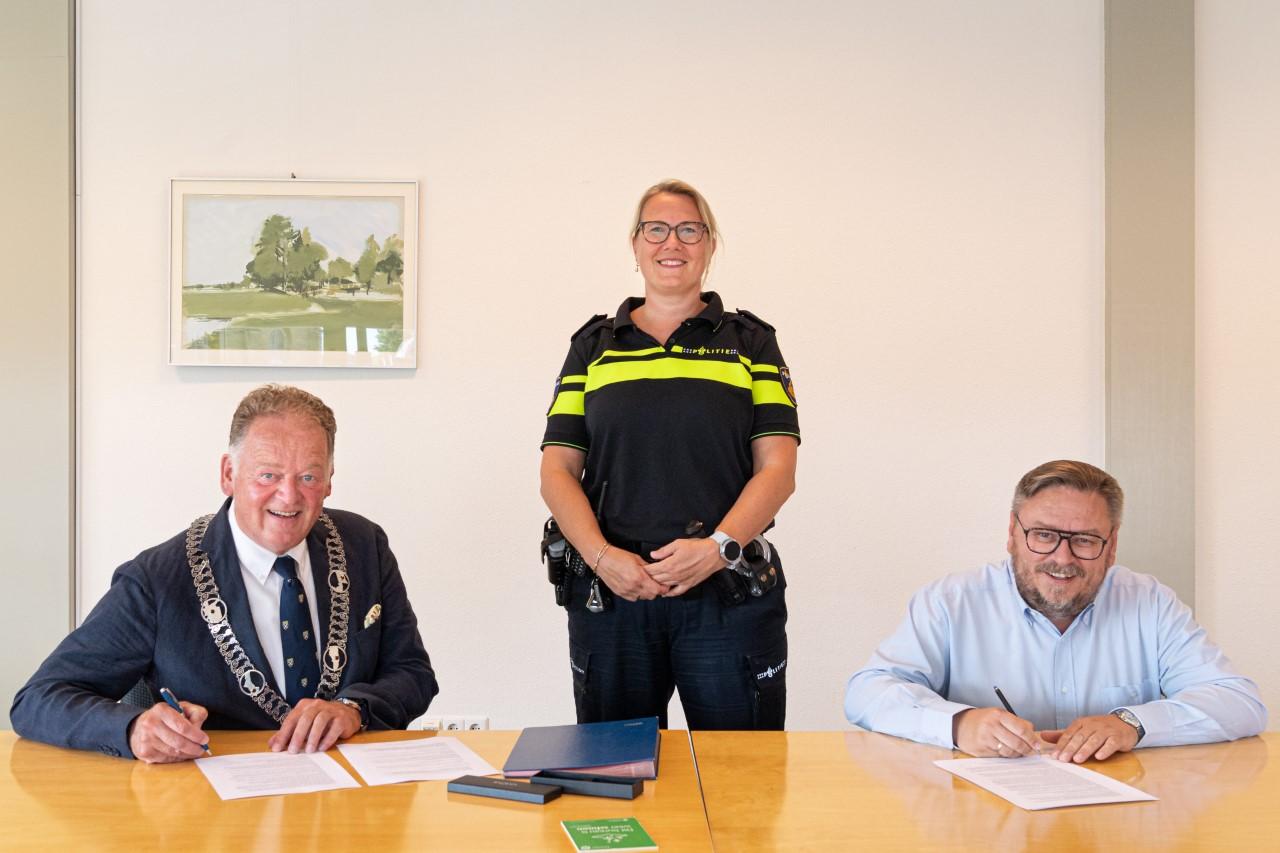 Gemeente en politie ondertekenen koopcontract bouwgrond nieuw bureau