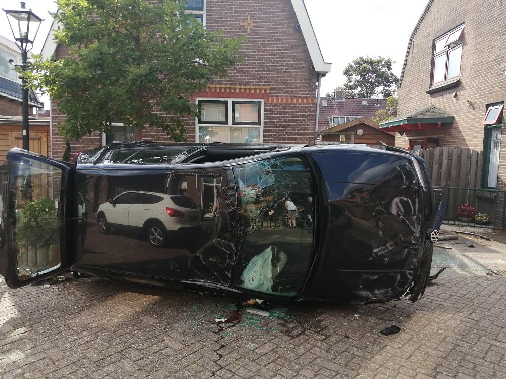 Auto op z'n kant aan Waalstraat