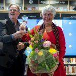 Kristallen roemer voor afscheidnemende biebdirectrice Conny Reijngoudt