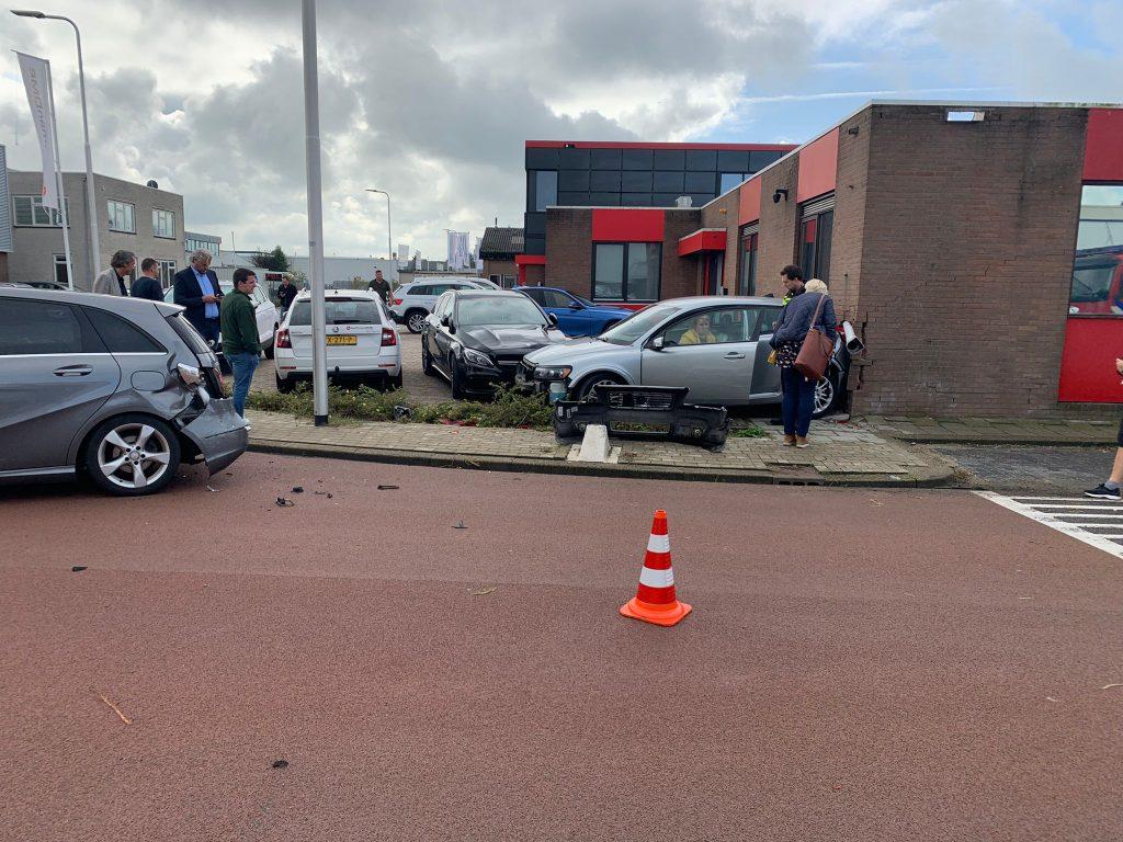 Auto knalt tegen gevel Ambachtstraat Bergambacht