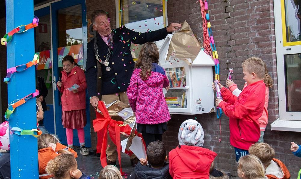 KinderzwerfboekStation op De Rank onthuld