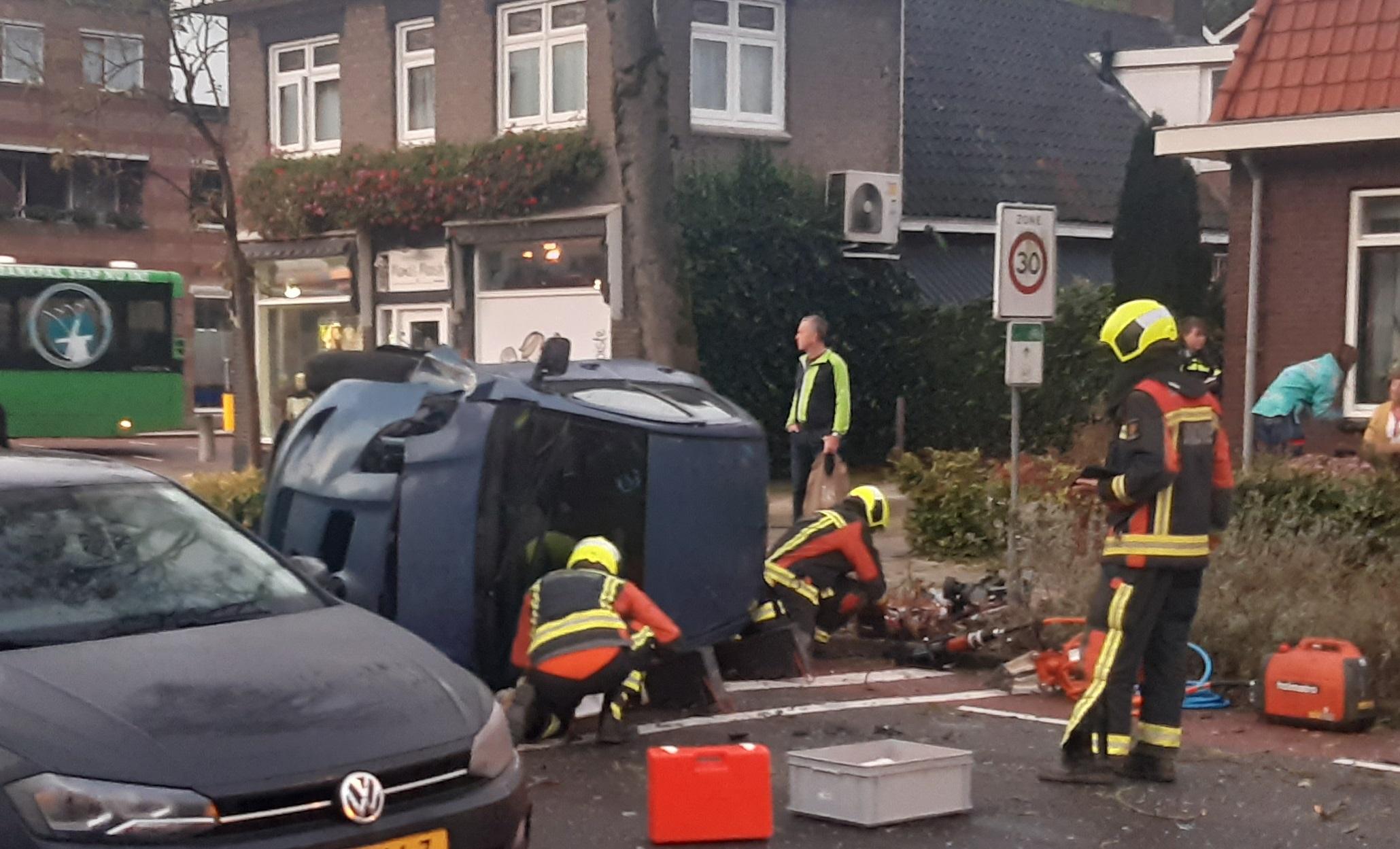 Auto op z'n kant op Kerkweg Lekkerkerk