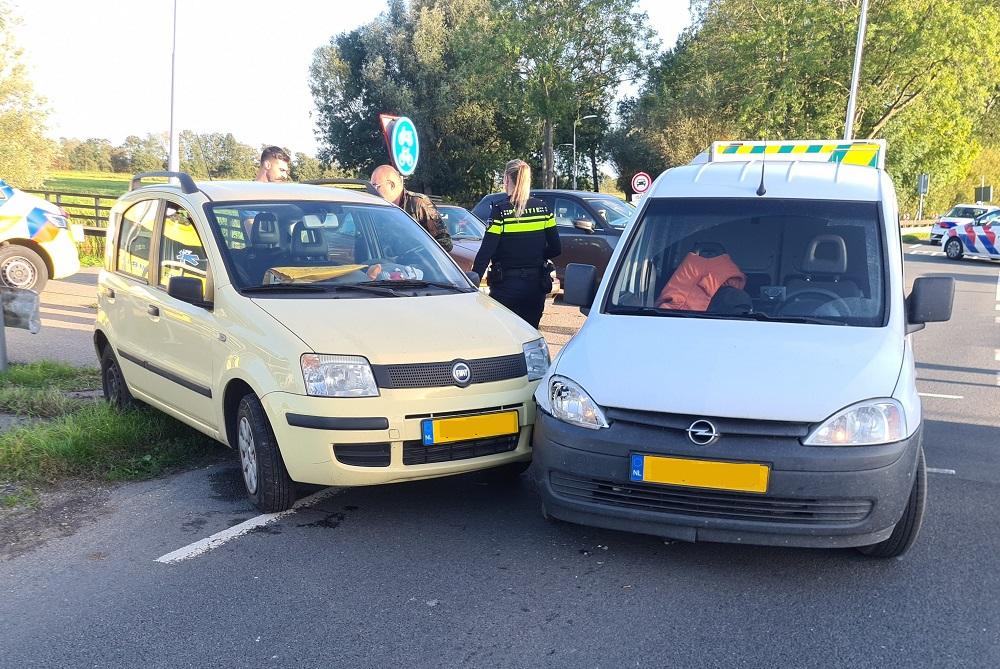 Botsing tussen bestelwagen en auto bij Stolwijk