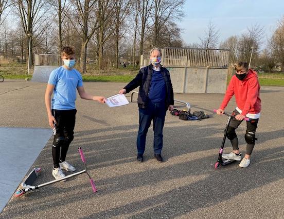 Krimpense jongeren overhandigen plan voor verbetering skatepark