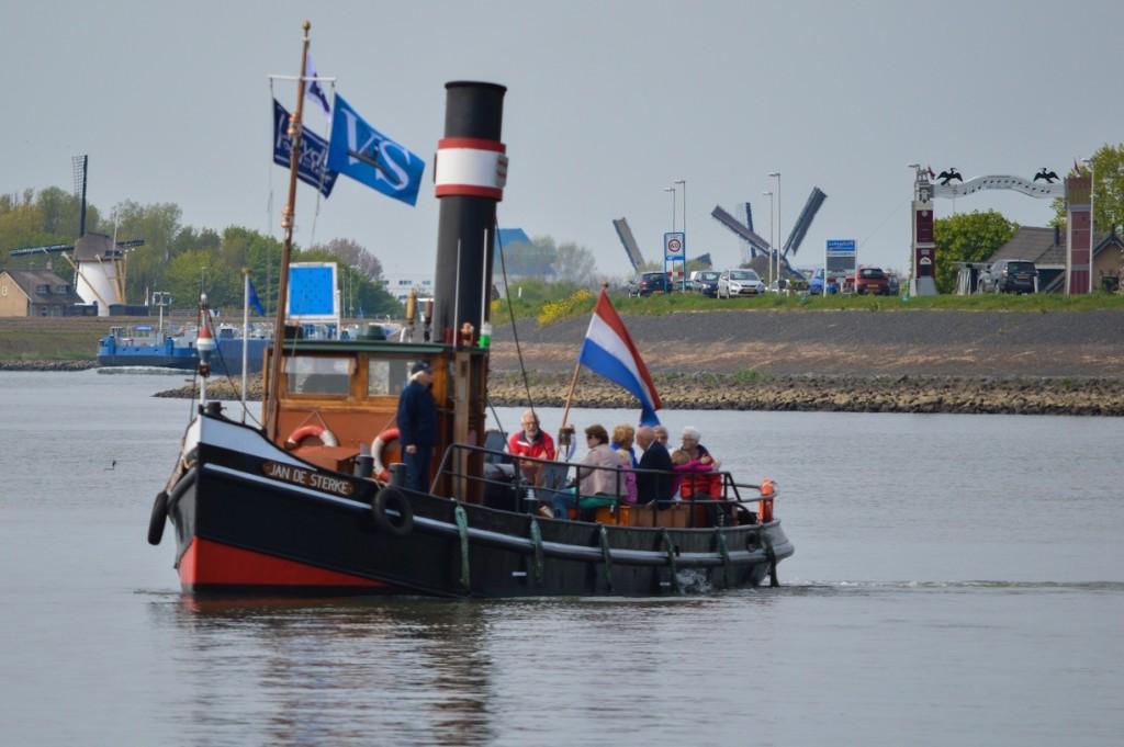 Stoomboot 'Jan de Sterke' varend op de Lek. (Foto: Bas de Zeeuw)